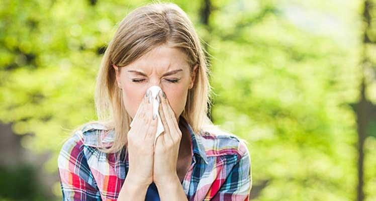 Bild zeigt niesende Frau