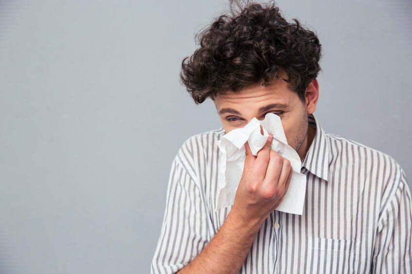 Mann mit verstopfter Nase