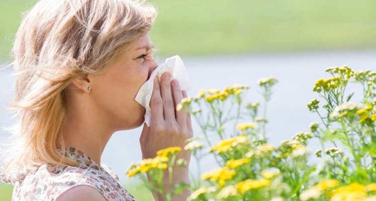 Bild zeigt allergische Frau