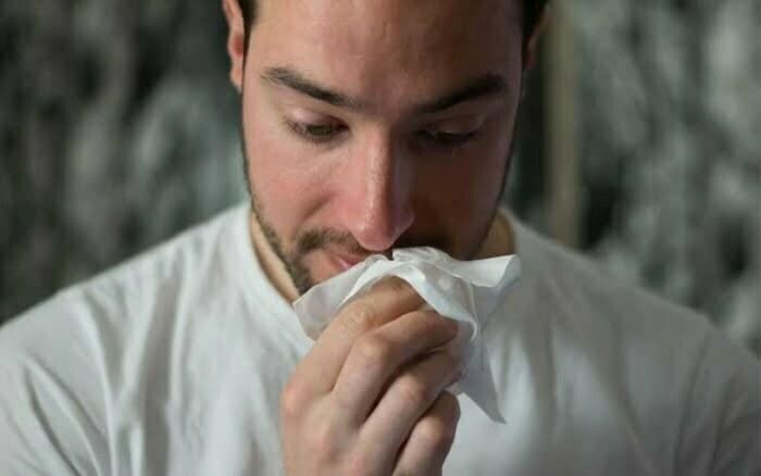 Mann mit Allergie